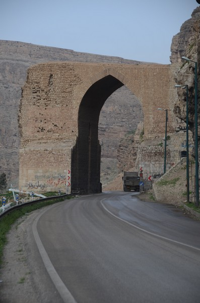 Pol-e Dokhtar, Standing arch