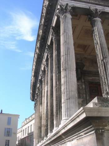 Nîmes, Maison Carrée, east side