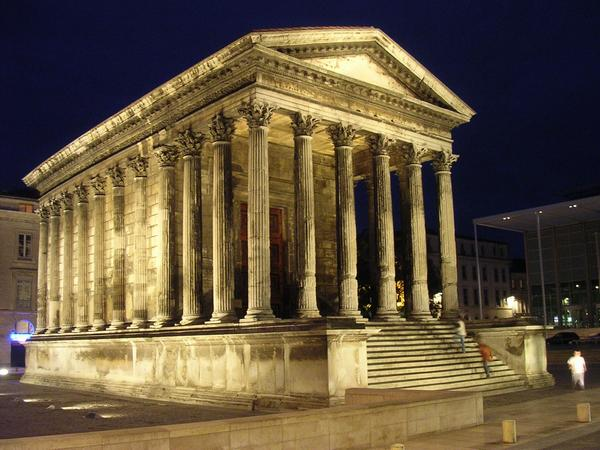Nîmes, Maison Carrée, at night