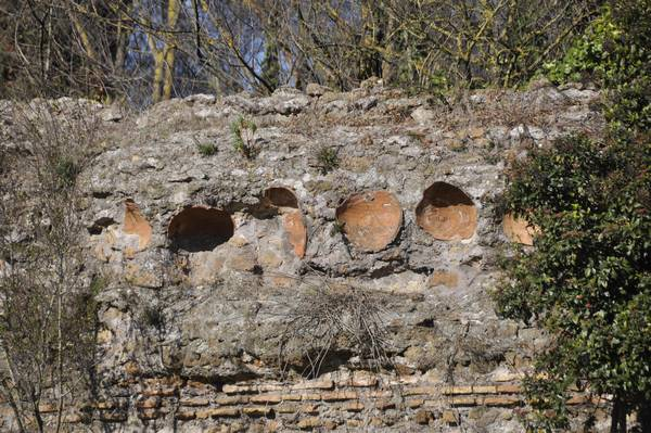 Rome, Circus of Maxentius, Walls with amphorae