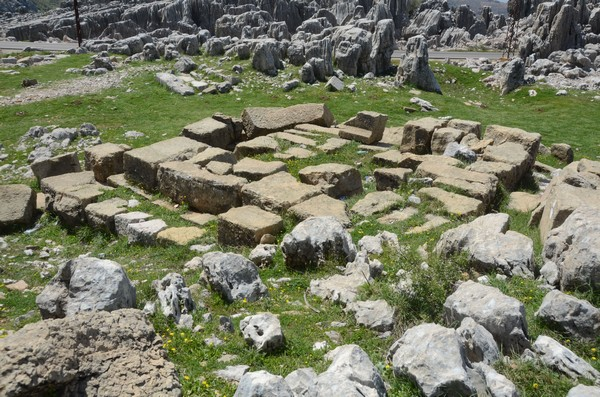 Faqra, destroyed altar (1)