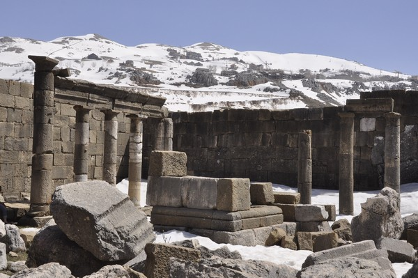 Faqra, Temple of Adonis, court (1)