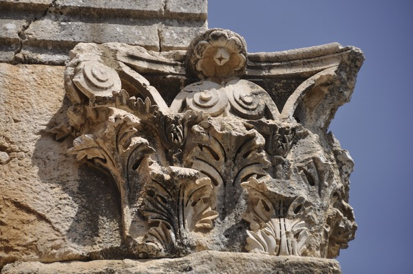 Niha, large temple, Corinthian capital