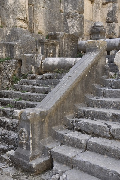 Niha, large temple, stairs