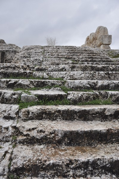 Qsarnaba, stairs