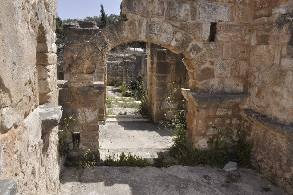 Tyre, Al-Bass Cemetery, family tomb with arch (2)