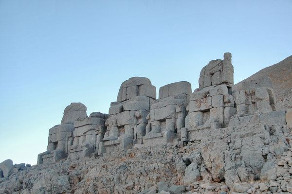 Nemrud Daği, Eastern terrace, Statues on a platform
