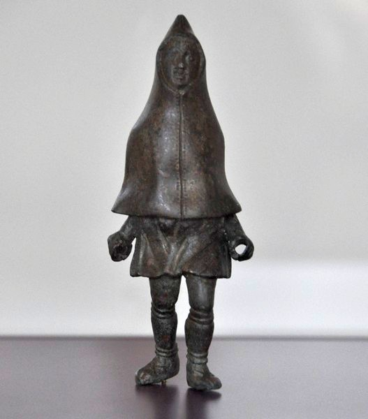 Trier, statuette of a cloaked man