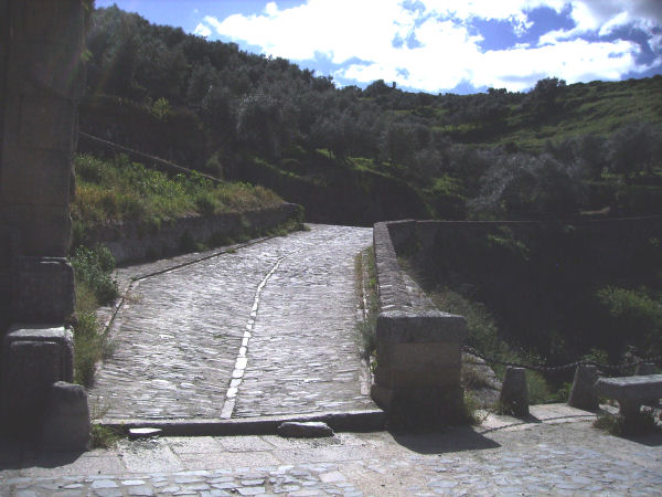 Alcántara bridge, pavement