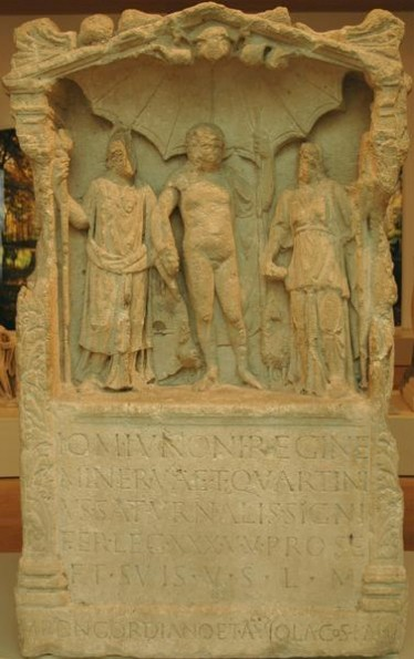 Dedication to the Capitoline triad from Vetera II, by a standard bearer of XXX Ulpia Traiana