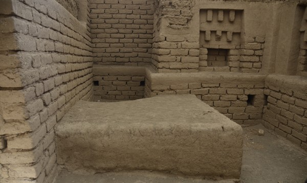 Tepe Nush-e Jan, fire temple, altar