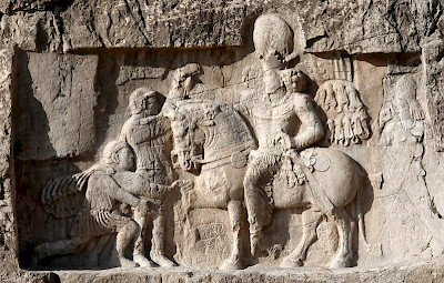 Shapur receives the surrender of Philip and captures Valerian